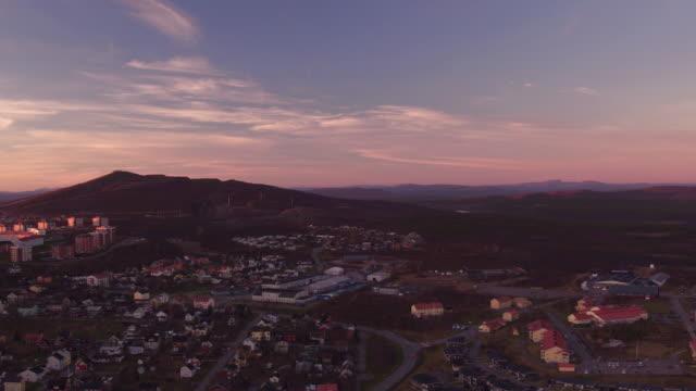 vídeos de stock, filmes e b-roll de antena: cidade de kiruna e a montanha kiirunavaara - escandinávia