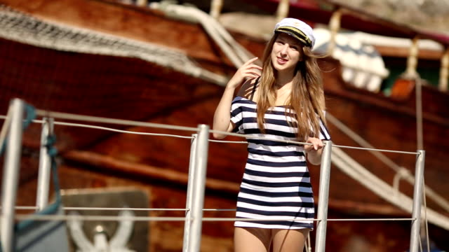 vidéos et rushes de baiser de filles marin sur la passerelle de bateau - capitaine de bateau