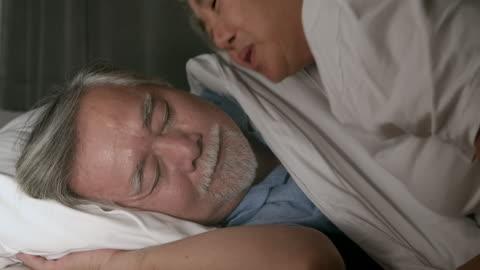 vídeos de stock, filmes e b-roll de beije boa noite querida. - dormindo