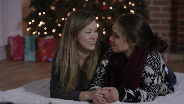 Kuss auf die Wange zu Weihnachten