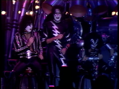 vídeos de stock e filmes b-roll de kiss on their new stage for the creatures of the night tour take questions from the press about their history and their up coming tour - música heavy metal