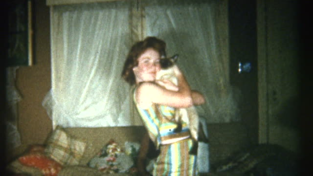 stockvideo's en b-roll-footage met kissing cat 1950's. - archief
