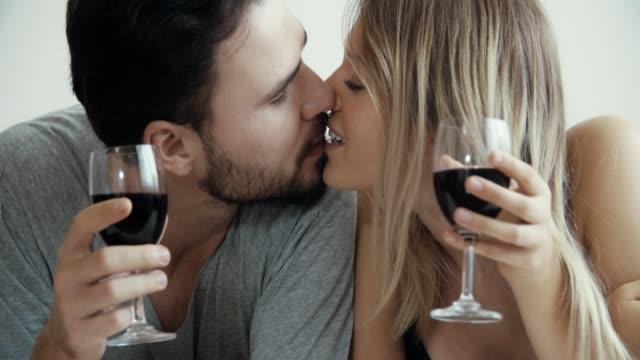 baci, serata romantica a casa, insieme - marito video stock e b–roll