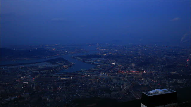 vidéos et rushes de kitakyushu city town area seen from the top of mt. sarakura-yama: long shot; town area and industrial plants; numberless lights including car... - phare de véhicule