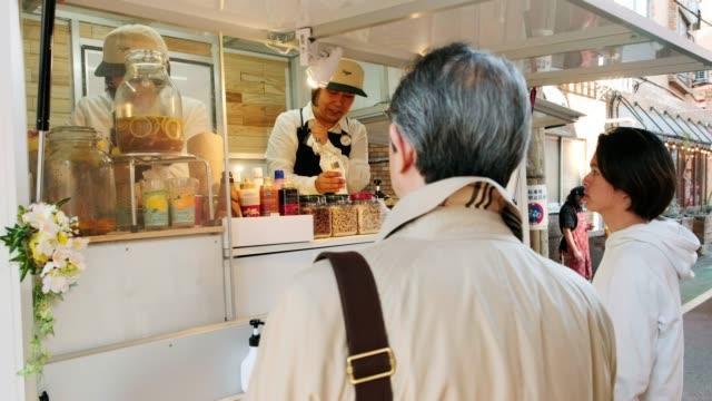東京のキッチンカーフードトラック - サービス業関係の職業点の映像素材/bロール