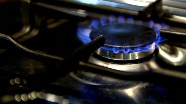 küche gas stove, macht das an- und ausziehen - bedienungsknopf stock-videos und b-roll-filmmaterial