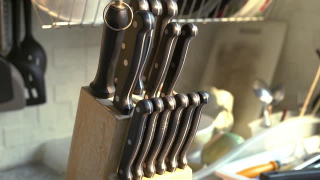 vidéos et rushes de ensembles de couteau de cuisine à la cuisine - couteau de cuisine