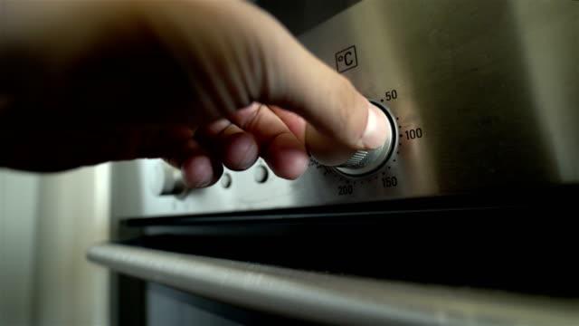 küche backofen - 4k auflösung - haushaltsmaschine stock-videos und b-roll-filmmaterial