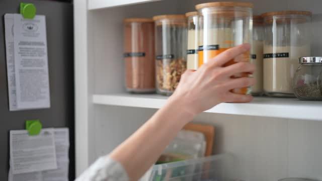 vidéos et rushes de garde-manger de cuisine - placard
