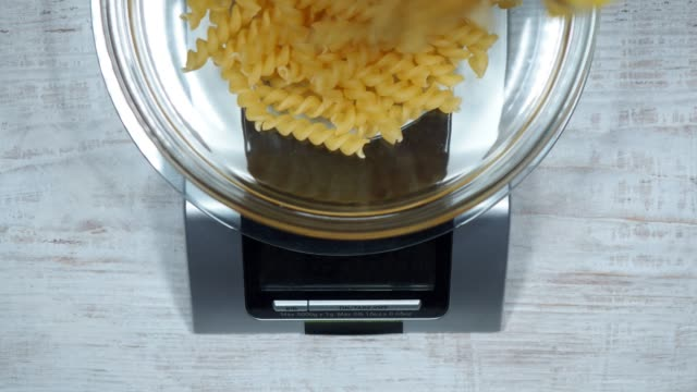 vídeos de stock e filmes b-roll de kitchen scale - balança