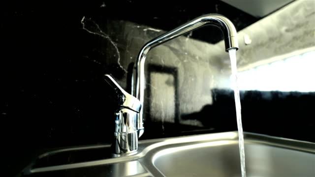 kitchen sink auf granit - 4k auflösung - links platz stock-videos und b-roll-filmmaterial