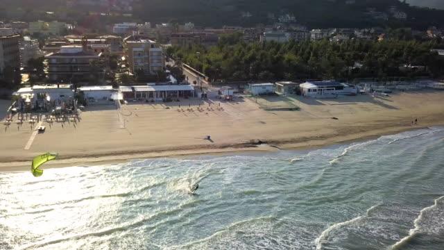 Kitesurfen am Strand allein