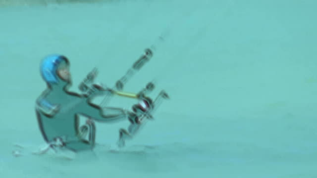 vídeos de stock e filmes b-roll de hd: kitesurfer (câmara lenta - só um homem de idade mediana