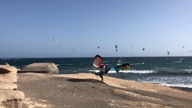 "vídeos de stock, filmes e b-roll de kitesurfing in ""el médano"", canary islands - ilhas do oceano atlântico"