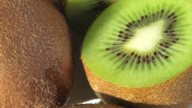 vídeos de stock, filmes e b-roll de kiwi - enfoque de objeto sobre a mesa