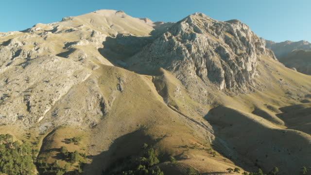 stockvideo's en b-roll-footage met kizildag nationaal park met de opvatting van dedegol mountain in melikler plateau, yenisarbademli, turkije - natuurwonder