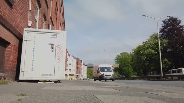 stockvideo's en b-roll-footage met klimaschutz - luftmessung für umweltschutz in kiel als reaktion auf greta thunberg fridays for future - tina terras michael walter