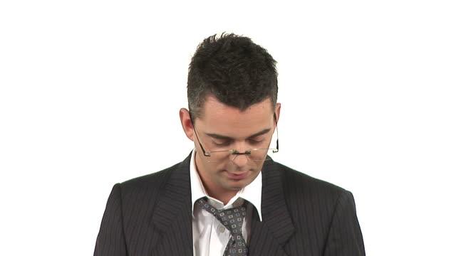 vidéos et rushes de hd : knackered homme d'affaires - costume complet