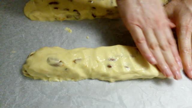 vidéos et rushes de pétrissage avec des cantucci, biscuits italiens - massage table