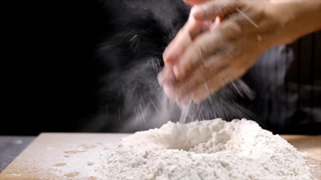 Kneden van deeg bereiden voor breafast voedsel