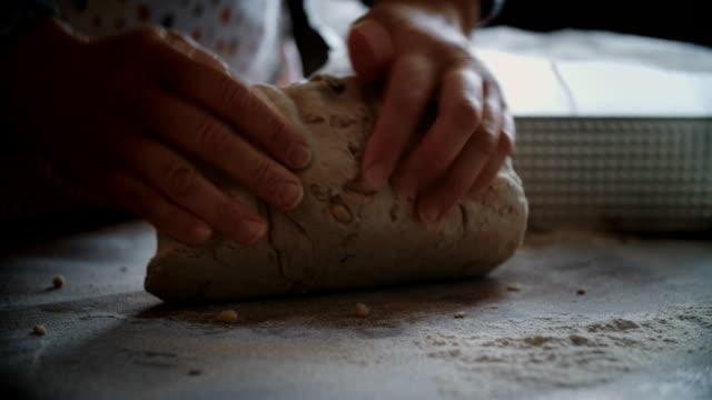 vídeos de stock e filmes b-roll de kneading loaf of bread with hands - pão de fermento