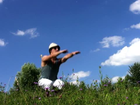 pal: piega il ginocchio - allenamento a corpo libero video stock e b–roll