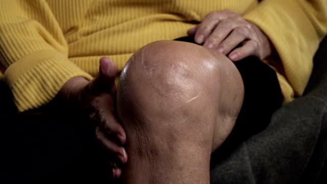 knieschmerzen - menschliches knie stock-videos und b-roll-filmmaterial