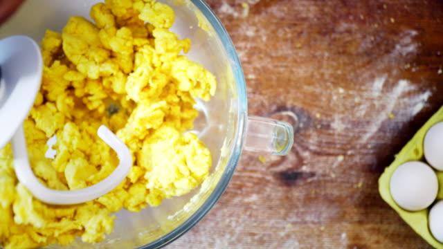 Kneeding deeg voor het voorbereiden van huisgemaakte Pasta