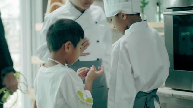 vidéos et rushes de accident de couteau dans la salle de classe de cuisine - accident domestique