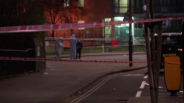 vídeos de stock e filmes b-roll de year-old fatally stabbed in kentish town; england: london: camden: kentish town: ext / night inner cordons with forensic investigators in background... - kentish town