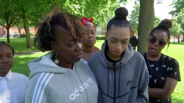 stockvideo's en b-roll-footage met family of murder victim cheyon evans pay tribute uk london crime scene in wandsworth and maxine grant interview england london wandsworth ext / night... - wandsworth