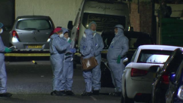vídeos de stock, filmes e b-roll de three men fatally stabbed in ilford; england: london: ilford: ext / night police tape cordons across street forensic officers gathered at scene of... - ilford