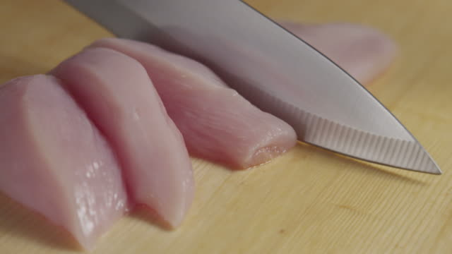 knife cutting chicken fillet - ひれ点の映像素材/bロール