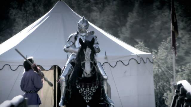 a knight and his horse prepare to joust. - concorrente video stock e b–roll