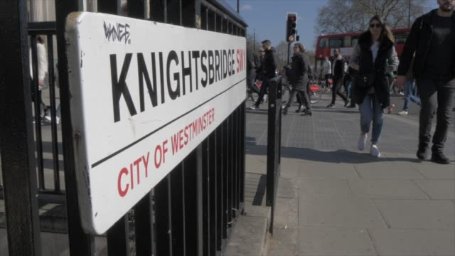 vídeos de stock e filmes b-roll de knightsbridge sign and entrance at hyde park corner in springtime, london, england, united kingdom, europe - kensington e chelsea
