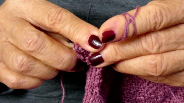 knitting - lila stock-videos und b-roll-filmmaterial