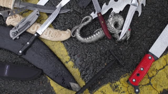 vídeos de stock e filmes b-roll de knives blades and weapons laid out on ground in birmingham - gangue