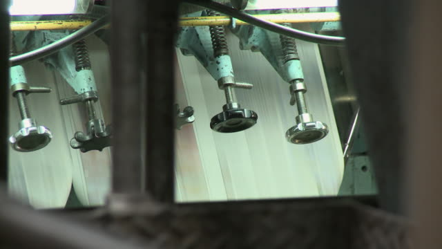 vidéos et rushes de cu knobs in front of paper running through printing press, san francisco, california, usa / audio - imprimerie