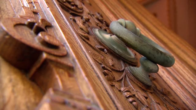 knocker on wooden door - door knocker stock videos & royalty-free footage