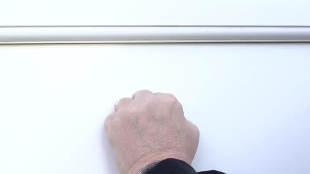 vídeos de stock, filmes e b-roll de bater no branco porta-super câmera lenta - porta