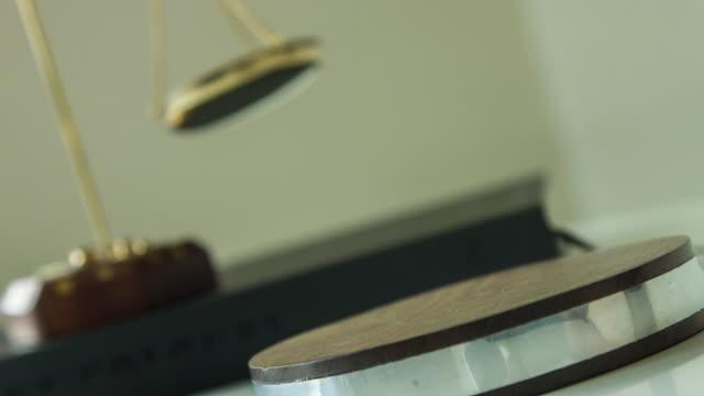 vídeos de stock, filmes e b-roll de bater martelo de madeira - lawsuit