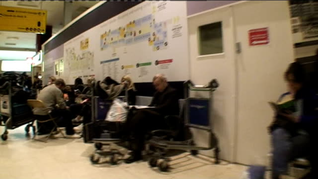 Knockon effect of weekend fog strands Heathrow travellers ENGLAND London Heathrow airport EXT Stranded passengers sleeping at airport Checkin queues