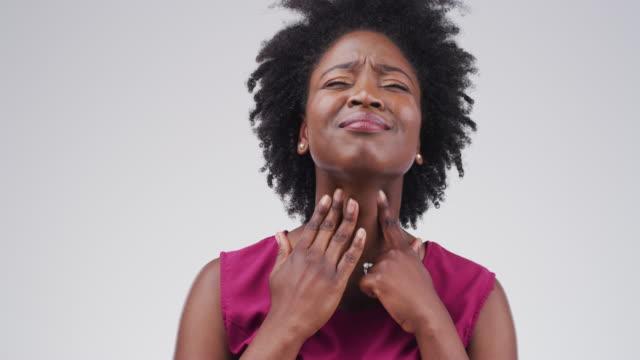 vídeos de stock, filmes e b-roll de sabe de alguma remédios para dor de garganta? - bronquite