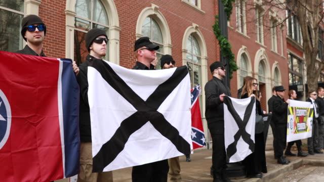 vidéos et rushes de members of traditionalist worker party a neo nazi white nationalist group hold rally near krutch park to protest against the women's march sunday... - drapeau des confédérés