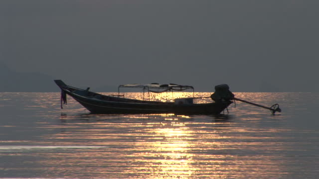 vídeos y material grabado en eventos de stock de ko samui, thailandboat on the sea during sunset in ko samui thailand - anclado