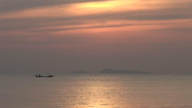 ko samui, thailandsunset over the ocean at ko samui thailand - herumfahren stock-videos und b-roll-filmmaterial