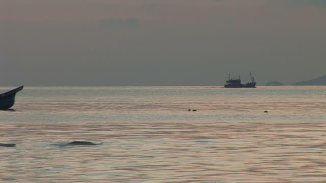ko samui, thailandview of a boat cruising in ko samui thailand - kryssa bildbanksvideor och videomaterial från bakom kulisserna