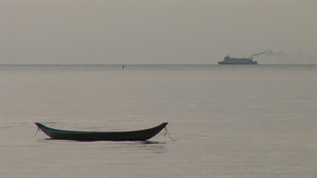 ko samui, thailandview of a ship cruising in ko samui thailand - herumfahren stock-videos und b-roll-filmmaterial