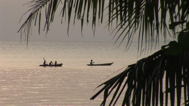 ko samui, thailandview of boats cruising in the ocean of ko samui thailand - herumfahren stock-videos und b-roll-filmmaterial