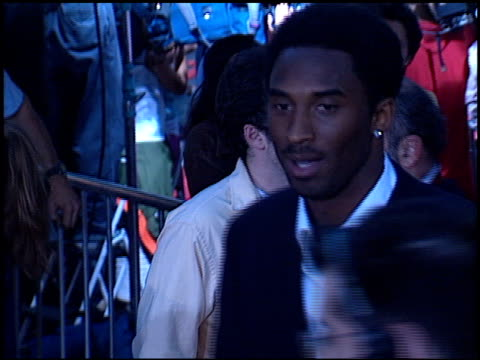 vidéos et rushes de kobe bryant at the 'rush hour 2' premiere at grauman's chinese theatre in hollywood, california on july 26, 2001. - rush hour